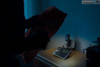 Einbrecher dämmt die Sirene mittels Kissen