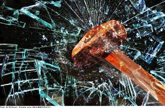 hammer-scheibe-zerschlagen-sicherheitsfolie