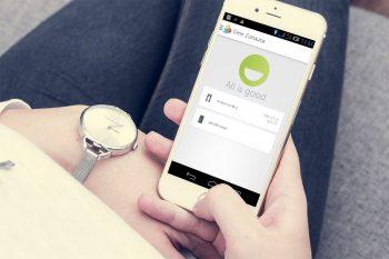 Gigaset-elements-Test-Frau-Smartphone