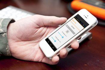 Lupusec-xt2-alarmanlage-test-smartphone-mann