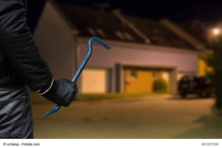Einbrecher-vor-Wohnung