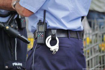 polizei-polizeibeamte-handschellen