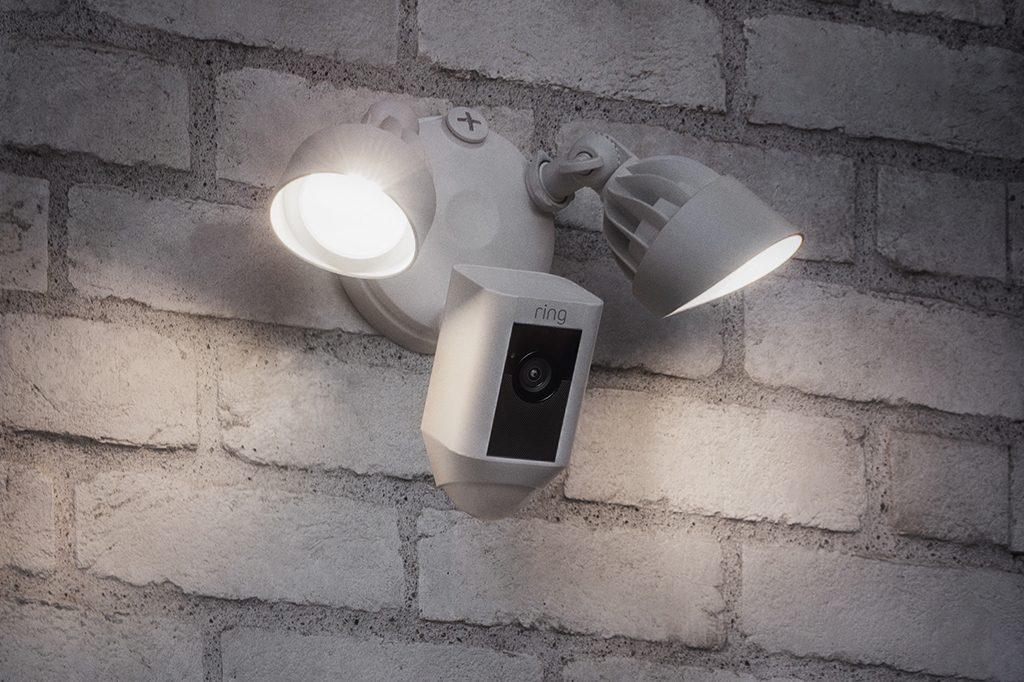 ring-floodlightcam-ueberwachungskamera-mit-beleuchtung-pir