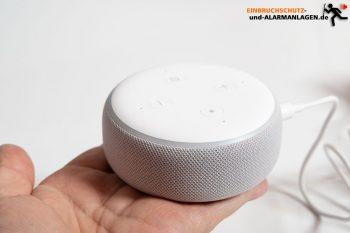 Alexa-Smarthome-Echo-Test-Echo-Dot-Sandstein-Hand