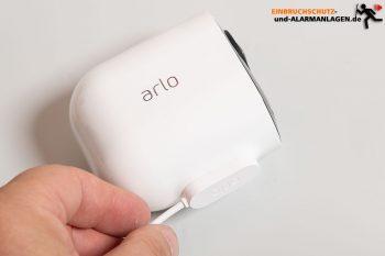 Arlo-Ultra-Test-4k-Ueberwachungskamera-Magnet-Ladekabel-anstecken-2